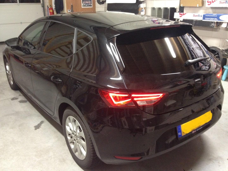 Deze mooie Seat Leon >>geblindeerd / Tinted / beplakt met zwarte ...